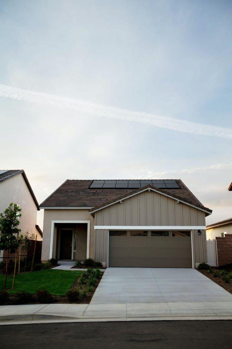 Panele fotowoltaiczne są coraz częściej instalowane na budynkach mieszkalnych
